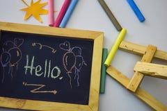 Exprimez le ` de ` bonjour écrit sur le tableau noir avec la craie colorée images stock