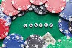 Exprimez le ` de casino de ` avec les jetons de poker et l'argent image stock