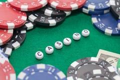 Exprimez le ` de casino de ` avec les jetons de poker et l'argent photo libre de droits