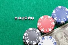 Exprimez le ` de gagnant de ` avec les jetons de poker et l'argent photos libres de droits