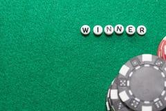 Exprimez le ` de gagnant de ` avec les jetons de poker et l'argent photographie stock