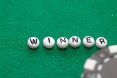Exprimez le ` de gagnant de ` avec les jetons de poker et l'argent photographie stock libre de droits