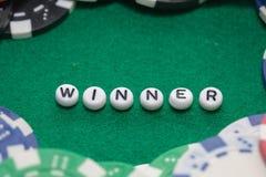 Exprimez le ` de gagnant de ` avec les jetons de poker et l'argent photo stock