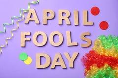 Exprimez le ` de jour d'imbéciles d'avril de ` et la perruque d'arc-en-ciel images stock