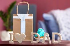 Exprimez le ` de papa d'amour du ` I et le sac de cadeau sur le tabl images libres de droits