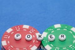 Exprimez le ` de TISONNIER de ` avec les jetons de poker et l'argent, jouant le concept images libres de droits