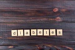 exprimez le diabète sur les cubes en bois sur une table en bois photo stock