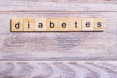 exprimez le diabète sur les cubes en bois sur une table en bois image stock