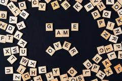 Exprimez le JEU DE SOCIÉTÉ avec les lettres en bois sur le conseil noir et le marquez avec des lettres dedans Photo libre de droits