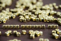 Exprimez le JOUR de PÈRES HEUREUX fait à partir de petites lettres d'or sur le b images stock