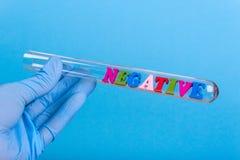 Exprimez le négatif dans la participation de laboratoire une main enfilée de gants Photos stock