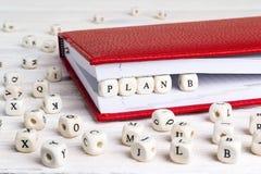Exprimez le plan B écrit dans les blocs en bois dans le carnet rouge sur l'OE blanc image stock