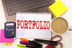 Exprimez le portfolio d'écriture dans le bureau avec l'ordinateur portable, marqueur, stylo, papeterie, café Concept d'affaires p images libres de droits