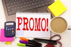 Exprimez le promo d'écriture dans le bureau avec l'ordinateur portable, marqueur, stylo, papeterie, café Concept d'affaires pour  photo libre de droits