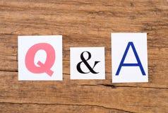 Exprimez le ` Q et le ` d'A sur le fond en bois Photographie stock