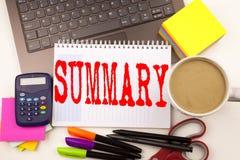 Exprimez le résumé d'écriture dans le bureau avec l'ordinateur portable, marqueur, stylo, papeterie, café Concept d'affaires pour images stock