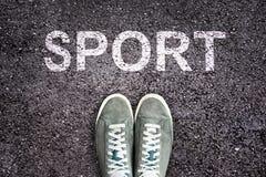 Exprimez le sport écrit sur la route goudronnée avec des chaussures d'espadrilles, concept de sport Images libres de droits