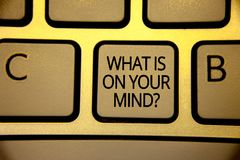 Exprimez le texte d'écriture ce qui est sur votre question d'esprit Le concept d'affaires pour large d'esprit pense au brun intel Photos stock