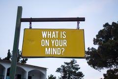 Exprimez le texte d'écriture ce qui est sur votre question d'esprit Le concept d'affaires pour large d'esprit pense au panneau en Image stock