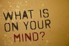 Exprimez le texte d'écriture ce qui est sur votre question d'esprit Le concept d'affaires pour large d'esprit pense aux messages  Photographie stock libre de droits