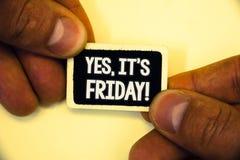 Exprimez le texte d'écriture oui, il est appel de motivation de vendredi Le concept d'affaires pour avoir le week-end prenant à p photo stock