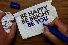 Exprimez le texte d'écriture soit heureux soit lumineux soit vous Le concept d'affaires pour la bonne attitude de confiance en so photographie stock