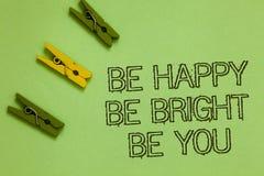 Exprimez le texte d'écriture soit heureux soit lumineux soit vous Le concept d'affaires pour la bonne attitude de confiance en so image stock