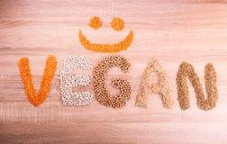 Exprimez le Vegan avec un sourire fait de lentilles, sarrasin, haricots, riz photographie stock libre de droits