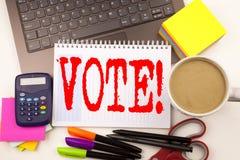 Exprimez le vote d'écriture dans le bureau avec l'ordinateur portable, marqueur, stylo, papeterie, café Concept d'affaires pour v images stock