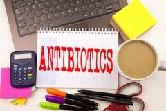 Exprimez les antibiotiques d'écriture dans le bureau avec l'ordinateur portable, marqueur, stylo, papeterie, café Concept d'affai photographie stock