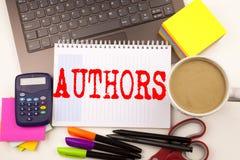 Exprimez les auteurs d'écriture dans le bureau avec l'ordinateur portable, marqueur, stylo, papeterie, café Concept d'affaires po photographie stock