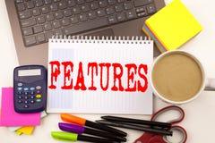 Exprimez les caractéristiques d'écriture dans le bureau avec l'ordinateur portable, marqueur, stylo, papeterie, café Concept d'af photo stock