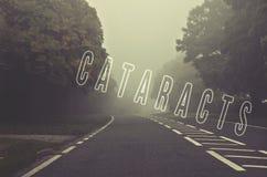Exprimez les cataractes écrites sur la route brumeuse et brouillée, automne roa de danger photographie stock libre de droits