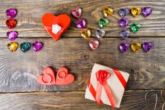 Exprimez les jeunes coeurs présentés par amour, deux boîtes pour un cadeau sous forme de coeurs et les coeurs décoratifs sur le f Photo stock