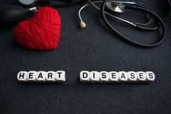Exprimez les maladies cardiaques des cubes blancs avec des lettres sur le backgr foncé images libres de droits
