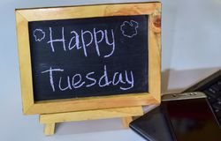Exprimez mardi heureux écrit sur un tableau sur lui et le smartphone, ordinateur portable image stock