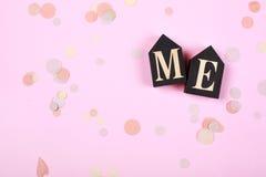 Exprimez-MOI sur les cubes en bois sur le fond rose Image libre de droits
