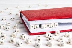 Exprimez soit frais écrit dans les blocs en bois dans le carnet rouge sur le blanc images libres de droits