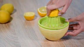 Exprimir el jugo de limón fresco en el cuenco almacen de video
