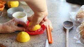 Exprimir el jugo de los limones almacen de video