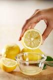 Exprimir el limón Fotografía de archivo libre de regalías