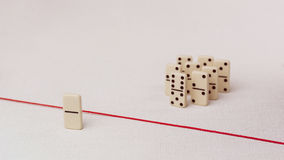 Expulsé du groupe, incapable de croiser la ligne rouge qui les sépare Scène avec le groupe de domino Concept de Image stock