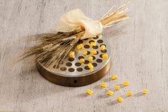 Expulsent et le blé sur le blanc Image libre de droits