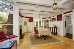 Exquisit dinning δωμάτιο με τα χρώματα φθινοπώρου Στοκ φωτογραφία με δικαίωμα ελεύθερης χρήσης