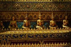 Art work manual. Meditation figures. Exquisita obra de arte manual construida en el gran palacio de bangkok stock photography