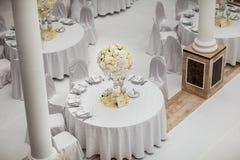 Exquisitamente adornado casandose el ajuste de la tabla Foto de archivo