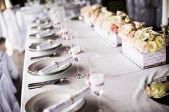 Exquisitamente adornado casandose la tabla con el ramo de rosas Fotos de archivo libres de regalías