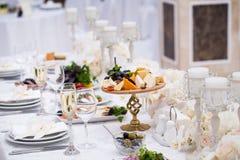 Exquisitely het verfraaide huwelijkslijst plaatsen Stock Foto