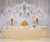 Exquisitely verfraaide huwelijkslijst die met kaarsen en bou plaatsen Royalty-vrije Stock Afbeeldingen