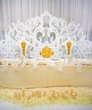 Exquisitely verfraaide huwelijkslijst die met kaarsen en bou plaatsen Royalty-vrije Stock Foto's